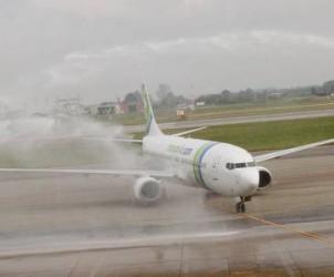 L'arrivo del volo inaugurale Torino-Amsterdam all'aeroporto di Caselle,10 Ottobre 2013 ANSA/ ALESSANDRO DI MARCO